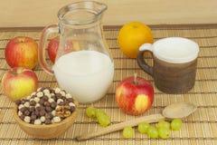 巧克力在一个碗的谷物球竹子 健康早餐用果子和牛奶 充分饮食能量和纤维运动员的 免版税库存照片