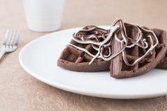 巧克力在一块白色板材的奶蛋烘饼早餐 图库摄影