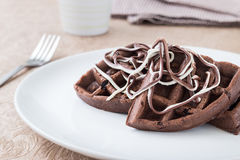 巧克力在一块白色板材的奶蛋烘饼早餐 库存图片
