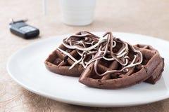 巧克力在一块白色板材的奶蛋烘饼早餐 库存照片