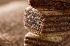 巧克力在亚麻布的薄酥饼饼干 库存图片