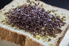 巧克力在切的面包洒 免版税图库摄影
