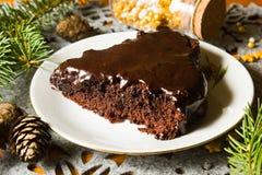 巧克力在圣诞节桌上的给上釉的果仁巧克力蛋糕 免版税图库摄影