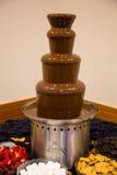巧克力在婚礼的Fondu塔 免版税库存照片