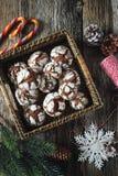 巧克力在搽粉的糖和圣诞节装饰的皱纹曲奇饼 免版税库存图片