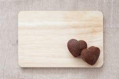 巧克力在木桌上的华伦泰蛋糕 图库摄影