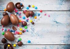 巧克力在木背景的复活节彩蛋 免版税库存照片