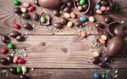 巧克力在木背景的复活节彩蛋 免版税图库摄影