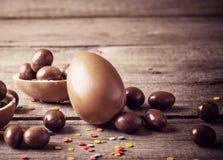 巧克力在木背景的复活节彩蛋 库存图片