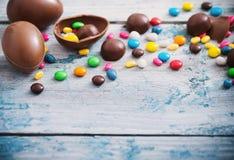 巧克力在木背景的复活节彩蛋 免版税库存图片