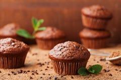 巧克力在棕色木背景的香蕉松饼 可口自创点心 免版税库存图片