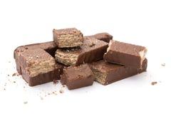 巧克力在白色背景的薄酥饼块 库存照片