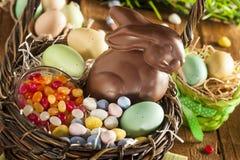 巧克力在篮子的复活节兔子 库存图片