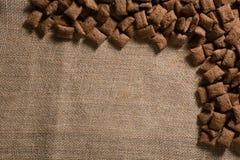 巧克力在纺织品安排的多士咬嚼 图库摄影