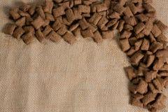 巧克力在纺织品安排的多士咬嚼 库存图片