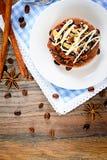 巧克力在葡萄酒减速火箭的伍迪的坚果蛋糕 免版税库存照片