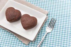 巧克力在蓝色布料的华伦泰蛋糕 库存照片