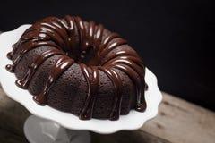 巧克力在蛋糕立场的Ganache Bundt蛋糕 免版税库存图片