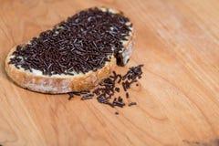 巧克力在面包片洒 库存图片