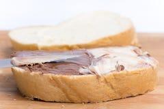 巧克力在面包的榛子奶油,特写镜头宏指令图象 免版税库存照片