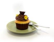 巧克力在绿色盘的杯子蛋糕 库存图片