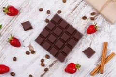 巧克力块和草莓 图库摄影