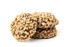 巧克力块洒与饼干面包屑在白色的,被隔绝 图库摄影