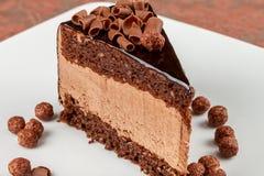 巧克力坚果巧克力蛋糕用巧克力沫丝淋 免版税库存照片
