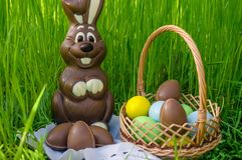 巧克力复活节兔子用巧克力复活节彩蛋和甜点 库存照片