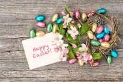 巧克力复活节彩蛋和苹果树开花 下雨 免版税图库摄影
