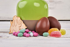 巧克力复活节彩蛋,木表面 免版税库存照片