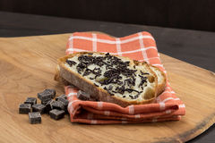 巧克力大块和在切的面包洒 免版税库存照片