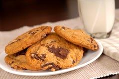巧克力大块曲奇饼玻璃牛奶 图库摄影
