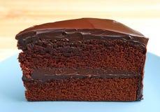巧克力夹心蛋糕正面图在木表上服务 免版税库存照片