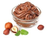 巧克力奶油用在白色背景隔绝的榛子 在玻璃碗的奶油 库存照片