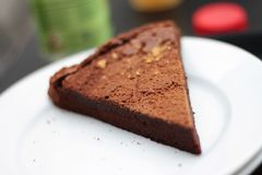 巧克力奶油蛋糕切片 免版税库存图片