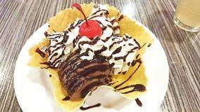 巧克力奶蛋烘饼篮子 免版税库存照片