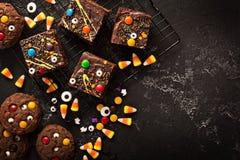 巧克力妖怪果仁巧克力自创款待为万圣夜 库存照片