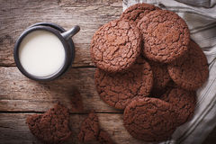 巧克力姜曲奇饼和牛奶特写镜头 水平的顶视图 免版税库存图片