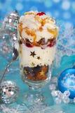 巧克力姜饼和被鞭打的奶油色点心圣诞节的 免版税库存照片