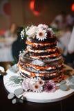 巧克力婚宴喜饼的垂直的射击与鲜花的 免版税图库摄影