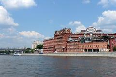 巧克力工厂红色10月大厦和Bersenevskaya堤防在莫斯科 库存图片