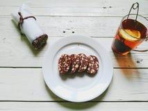 巧克力布丁和茶用在白色背景的柠檬 免版税库存图片
