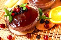 巧克力布丁用浆果和薄菏 图库摄影