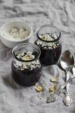 巧克力布丁用蛋白甜饼和坚果 免版税库存照片