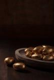 巧克力微型鸡蛋,包裹在金箔 免版税库存照片