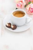 巧克力心脏和浓咖啡为华伦泰` s天,垂直 图库摄影