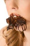 巧克力恋人嘴被充塞的甜点 库存照片