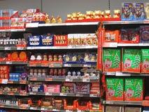 巧克力或糖果在货架。 库存图片