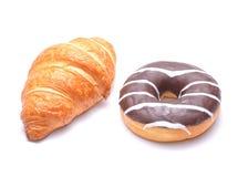 巧克力新月形面包和多福饼 免版税库存图片
